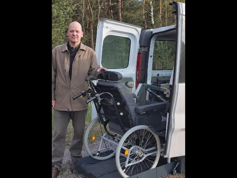 Invalīdu pavadoņa-asistenta pakalpojumi ar specializētu transportu.