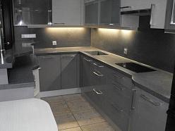 Tumšas akmens virsmas virtuvei