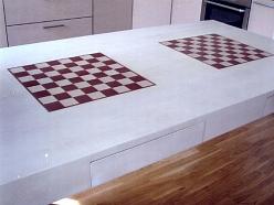 Galds ar šaha rakstu