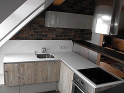 mākslīgā akmens virsma virtuvei