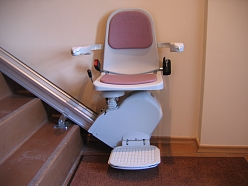 Ratiņkrēsls pārvietošanai pa kāpņu slaidu