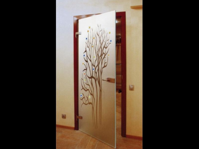 Durvis ar krāsainām aplikācijām