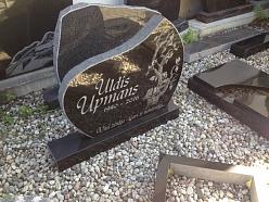 Oriģināls kapu piemineklis ar gravējumu