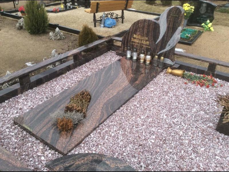 Granīta akmens kapu piemineklis un apmale