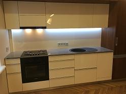 Virtuves iekārta ar akrila fasādēm