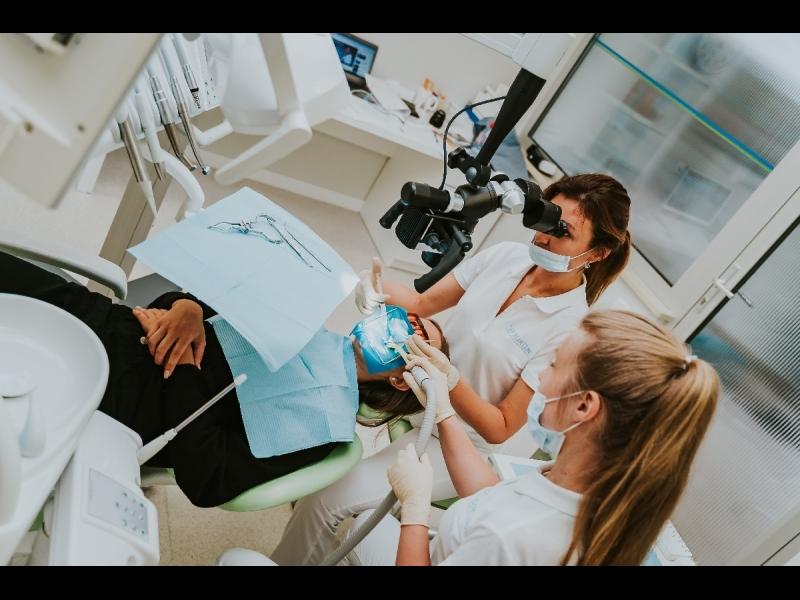 Kanālu ārstēšana ar mikroskopa palīdzību