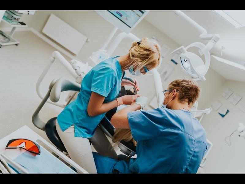 Zobu protezēšana inovatīvajā zobārstniecības klīnikā Rīgā