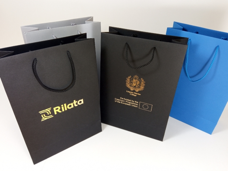 Dizaina papīra maisi ar folijspiedi