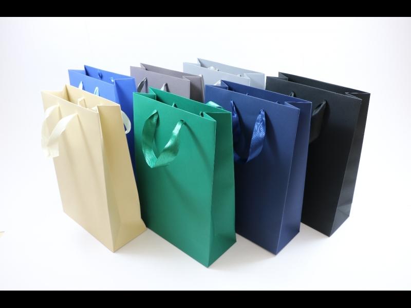 Dāvanu maisiņi ar atlasa lentas rokturiem