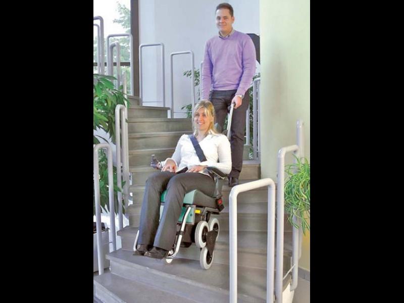 Ratiņkrēsla pārvietošanai pa kāpņu slaidu