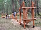 Ūdensrožu parkā izveidota koka šķēršļu taka bērniem
