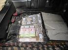 Automobiļa grīdā un sliekšņos izveidotā slēptuvē atklāj 47 tūkstošus cigarešu