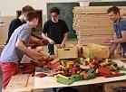 Talsu Valsts ģimnāzijas skolēni gatavo rotaļlietas bērnudārza audzēkņiem