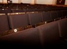 Jaunie krēsli Latvijas Leļļu teātra Lielajā zālē.