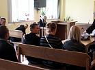 Jelgavas tiesā notiek tiesas sēde, kur sāk izskatīt krimināllietu pret personu grupu, kas apsūdzēta par ilgstošu nodarbošanos ar alkohola realizāciju, naudas izspiešanu, personu nolaupīšanu, to ekspluatēšanu un paverdzināšanu.