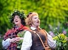 """Liepājas aktrišu folkloras kopa """"Atštaukas"""" piedalās Līgo svētku svinēšanā tautiskās tradīcijās Dzegužkalnā."""