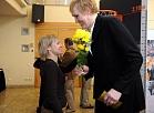 """Divkārtējā olimpiskā čempione basketbolā Uļjana Semjonova (no labās) saņem ziedus izstādes """"Basketbols man pavēra ceļu uz pasauli!"""" atklāšanas pasākumā."""