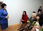 """Sociālās aprūpes centra """"Rīga"""" filiāles """"Rīga"""" vadītāja Inese Paudere (no kreisās) uzrunā klātesošos filiāles 90 gadu jubilejas pasākumā."""