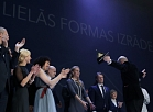 """""""Spēlmaņu nakts"""" balvas ieguvēja nominācijā """"Gada lielās formas izrāde"""" un """"Gada izrāde"""" režisora Sergeja Zemļanska izrāde """"Precības"""" Liepājas teātrī """"Spēlmaņu nakts 2016"""