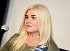 """Skulptūras autora, mākslinieka Jāņa Bārdas sieva Aivija Bārda piedalās preses konferencē, kurā informē par radušos situāciju ar Jūrmalas pilsētas neoficiālo simbolu - bronzas skulptūru """"Bruņurupucis""""."""