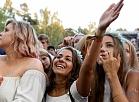 """Cilvēki dziedātājas Tove Lo koncertā festivālā """"Positivus""""."""