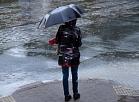 Sieviete lietus laikā