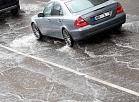 Automašīnas pielijušajā Marijas ielā pēc spēcīgās lietusgāzes.