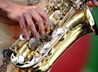 """Grupa """"Coolmans Report"""" muzicē uz """"Origo Summer Stage"""" skatuves, kur notiek XVII starptautiskā Saulkrastu džeza festivāla """"Saulkrasti Jazz"""" bezmaksas koncerts."""