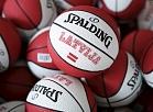 Basketbola bumbas Eiropas čempionāta basketbolā oficiālajā fanu atribūtikas veikalā pie Brīvības pieminekļa.