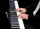 Pianists Gints Žilinskis uzstājas preses konferencē par Dailes teātra jaunās sezonas aktualitātēm.