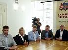 """Sociāldemokrātiskās partijas """"Saskaņa"""" pārstāvji Vjačeslavs Dombrovskis (no kreisās), Rīgas domes deputāte Regīna Ločmele-Luņova, Saeimas deputāti Sergejs Potapkins, Anrijs Matīss un SIA """"Rēzeknes slimnīca"""" valdes loceklis Jānis Krišāns Centrālajā vēlēšanu komisijā iesniedz 13.Saeimas deputātu kandidātu sarakstu."""