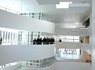 Veselības ministre un Saeimas deputāti iepazīstas ar Paula Stradiņa klīniskās universitātes slimnīcas jauno korpusu.