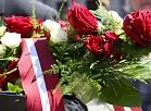 """Biedrības """"Latvijas Politiski represēto apvienība"""" rīkotais komunistiskā genocīda upuru piemiņas gājiens no Okupācijas muzeja līdz Brīvības piemineklim."""