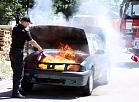 Valsts ugunsdzēsības un glābšanas dienesta pārstāvis Kristaps Kolbergs Valsts ugunsdzēsības un glābšanas dienesta, Neatliekamās medicīniskās palīdzības dienesta un Valsts policijas rīkotajā preses konferencē par drošību Līgo svētku laikā demostrē degošas automašīnas dzēšanu.