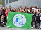 Ekoskolu un nevalstisko organizāciju pārstāvji ar plakātiem pulcējas pie Latvijas Nacionālās bibliotēkas, lai dotos gājienā ar aicinājumu veicināt sadarbību starp atbildīgajām iestādēm un izglītotājiem ANO Ilgtspējīgas attīstības mērķu sasniegšanā.