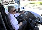 """Autobusa šoferis preses konferences laikā, kurā informē par kampaņu """"Neapzodz sevi - paņem biļeti!""""."""