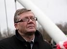 Rīgas rajona padomes priekšsēdētājs Tālis Puķītis piedalās tilta pār Gauju Ādažos atklāšanas pasākumā.