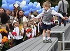 Skolnieki piedalās Zinību dienas svinību un atjaunotā sporta un fizisko aktivitāšu laukuma atklāšanā Rīgas 25.vidusskolā.