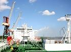 """Vidējā izmēra tankkuģis """"Piltene"""" Rīgas kuģu būvētavas sausajā dokā, kur tam veikts tehniskais remonts, krāsošana un jaunu satelītiekārtu uzstādīšana."""