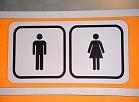 Piktogramma pie jaunās sabiedriskās tualetes Dailes teātra laukumā - Šarlotes un Brīvības ielas stūrī.