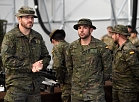 Karavīri un militārā tehnika Kanādas vadītās NATO paplašinātās klātbūtnes Latvijā kaujas grupas pilnai kaujas gatavībai veltītajā svinīgajā pasākumā Ādažu bāzē.