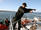 """Akcijas """"Lašiem būt"""" makšķerēšanas ierobežojumu ievērošanas kontroles reida laikā Baltijas jūras Ventspils sektora kontroles atbildības rajonā tika sastādīti protokoli par nelikumīgu makšķerēšanu, izcelti nelikumīgie zvejas tīkli un nogādāti uz JS kuģa KA 06 """"Gaisma"""" borta."""