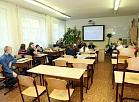 """Skolēni Rīgas 46. vidusskolas ķīmijas kabinetā, kurš iekārtots par AAS """"Vienotā ķīmijas kompānija """"URALHIM"""""""" skolu finansiālās atbalsta programmas līdzekļiem."""