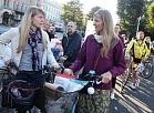 """Atklājot Eiropas mobilitātes nedēļu, notiek akcija """"Ar velo uz darbu"""", kuras laikā Ceļu satiksmes drošības direkcija Rīgā, pie Brīvības pieminekļa, veic velosipēdu reģistrāciju."""