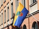 Karogs pie ēkas 11.novembra krastmalā 29, kurā atrodas Valmieras pilsētas pārstāvniecības Rīgā.