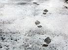 Pēdu nospiedumi sniegā.
