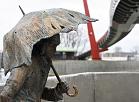 """Tēlnieka Kārļa Īles veidotā bronzas skulptūra - strūklaka """"Jelgavas students"""" pie Mītavas tilta."""