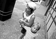 """""""Eurostat"""": Nabadzības un sociālās atstumtības risks Latvijā draud 35,3% bērnu"""