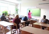 Raunas vidusskolas direktore: Izglītības iestāžu darbinieki jau daudzus gadus streiko, taču rezultāta nav