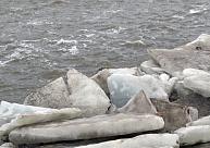 Kurzemē ledū ielūzis makšķernieks